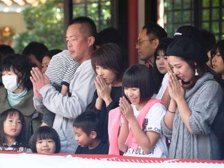 「今年も良い1年でありますように」とと手を合わせる参拝客=1日午後、那覇市若狭・波上宮