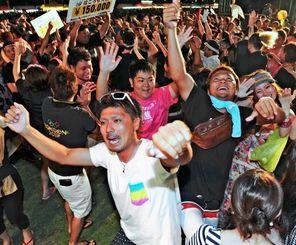 コンテスト出場者と観客全員の総踊りで最高潮に達したカチャーシー大会=3日午後、宜野湾海浜公園多目的広場