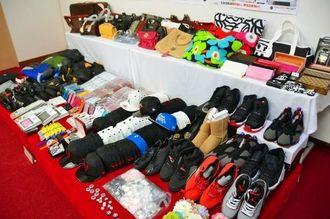 2014年に輸入差し止めとなった偽ブランド品などの知的財産侵害物品=9日、那覇市通堂町・沖縄地区税関
