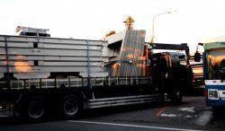 プレハブ資材を積んだトラックなどが米軍北部訓練場に入った=14日午前5時50分ごろ、東村高江(読者提供)