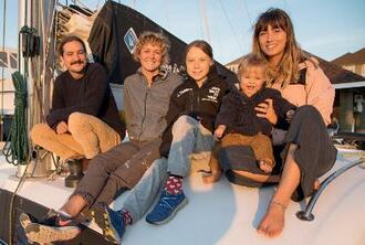 12日、米南部バージニア州で、支援者と船に乗るグレタ・トゥンベリさん(中央)(@GRETATHUNBERGのツイッターより、ロイター=共同)