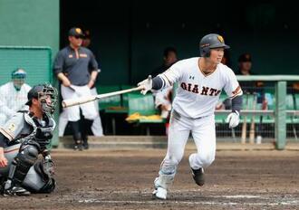 2、3軍紅白戦で、3回に安打を放った巨人・山下=川崎市のジャイアンツ球場