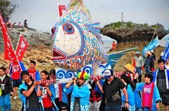 タマンを模したみこしを担ぐ平安座島の中高生=10日、うるま市与那城平安座