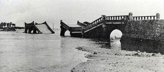 津波の最高水位は3メートル85センチにも達し、羽地村(現名護市)の屋我地大橋がズタズタに壊された=1960年5月24日