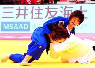 女子48キロ級2回戦 相手の投げをこらえる帝京大の渡名喜風南(左)=東京体育館(花城克俊撮影)