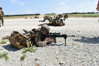 沖縄県・伊江島で訓練する米海兵隊員=2020年10月