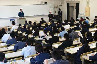 入試問題に取り組む受験生=25日午前、西原町の琉球大学