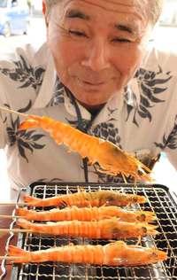 昼から車エビ、5尾700円! 沖縄の離島で焼いて味わう「海人食堂」