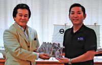 浦添舞台のCD贈呈/ジョーさん 松本市長へ