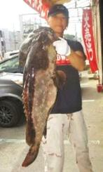 宜名真海岸で90・5センチ、17・1キロのアーラミーバイを釣った新垣幸輝さん=11月3日
