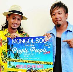 新アルバムをPRするMONGOL800の儀間崇(左)と高里悟=2015年8月、沖縄タイムス社