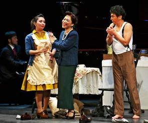 会場を魅了したオペラ喜劇「泥棒とオールドミス」=6日、浦添市てだこホール