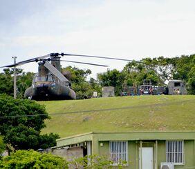 弾薬を積んだとみられる陸自のCH47大型輸送ヘリから物資を運び出す自衛隊員=2日、宮古島市上野野原・航空自衛隊宮古島分屯基地