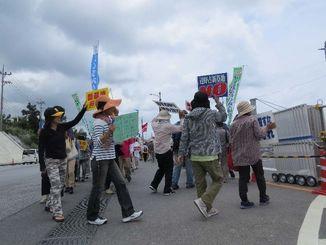 米軍キャンプ・シュワブゲート前で、「新基地建設やめろ」「安保法制今すぐ廃案」と声をあげる市民たち=28日、名護市辺野古
