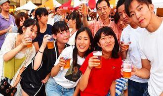 オリオンビールで乾杯する来場者=30日、台北市