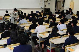 緊張の面持ちの受験生に問題用紙が配布され、試験が始まった=25日午前9時すぎ、西原町・琉球大学