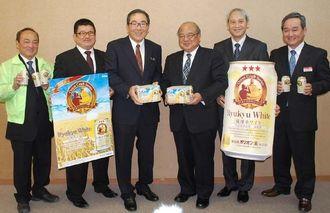 琉球ホワイトをPRする新垣副社長(右から3人目)と島袋村長(同4人目)=25日午前、県庁