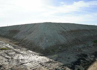 コアジサシの群れが子育てをしている土砂の仮置き場=15日、本島南部