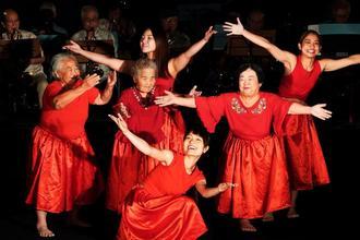 沖縄戦をダンスで表現する演劇「空に溶けゆく言葉のかけら」=22日、那覇市牧志・ひやみかちマチグヮー館(下地広也撮影)