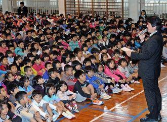 朝の集会で吉浜幸雅校長の話を聞く子どもたち=25日午前、那覇市・松島小学校