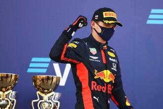 自動車F1ロシアGPで2位に入り、表彰台でガッツポーズするマックス・フェルスタッペン=ソチ(AP=共同)