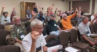 VFP第32回年次総会の全体会議で「沖縄を平和の『要石』にする決議」を全会一致で可決するメンバー=12日、米イリノイ州シカゴ市内
