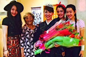 「かすりの女王ミセスあいぞめ」に選ばれた玉城智子さん(中央)と、(左から)長女伊稀さん、母親前田米子さん、三女舞歩さん、次女美祐さん=月5日、南風原町立中央公民館