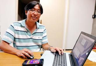 「うちなーぐちゲーム」のアプリ開発を目指す阿波根有司マウリシオさん=日、沖縄市