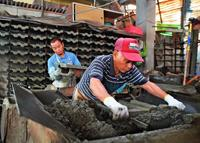 沖縄で普及した「セメント瓦」 今や工場は1軒だけ 最後の職人「需要ある限り作り続ける」
