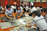 切り抜き新聞に挑戦 沖縄・開邦高 読み方や紙面制作学ぶ