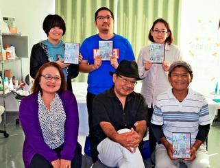 DVD「うちなーのんかしばなし」を制作した就労サポートSHINSEIのメンバー=22日、那覇市内