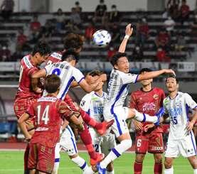 FC琉球-徳島ヴォルティス 後半、ゴール前で競り合う琉球と徳島の選手=11日午後、沖縄市・タピック県総ひやごんスタジアム