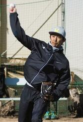 自主トレでキャッチボールするオリックス・増井=横浜市内