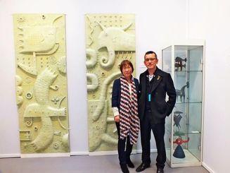 作品の前に立つ幸地学氏(写真右)と妻のみどりさん