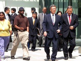 シーラ・スミス氏との会談を終えた翁長雄志知事(手前右から2人目)=1日、ワシントン