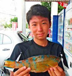 那覇新港で28・6センチのアーガイを釣った親川瑚南さん=8月8日