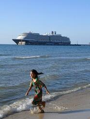 カンボジア南部シアヌークビルの港に停泊中のクルーズ船「ウエステルダム」=14日(共同)