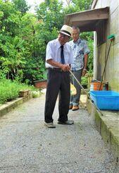 実家の敷地内で、監置小屋があった場所を説明する瑞慶山良光さん=6月、大宜味村