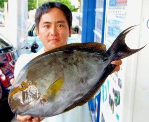 粟国で49.5センチ、1.85キロのトカジャーを釣った與儀裕一さん=19日