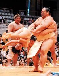 大きな力士相手に会場の笑いを誘ったちびっ子相撲=12日、那覇市奥武山町・県立武道館