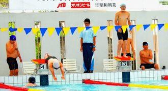 県内で初開催の九州身体障害者水泳大会に109人が出場した=那覇市奥武山プール