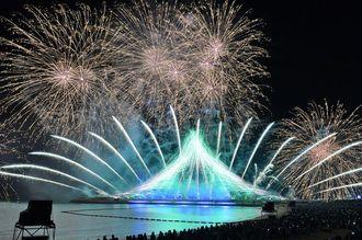 夜空を彩る安室奈美恵さんの引退ラストデー花火=9月16日午後、宜野湾トロピカルビーチ