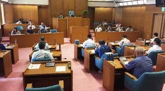 意見書案を全会一致で可決した恩納村議会=20日、同村議会