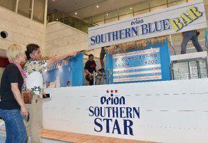5日にオープンする「SOUTHERN BLUE BAR」の準備を進めるスタッフ=4日午後、那覇市久茂地・タイムスビル