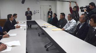 沖縄防衛局の中嶋浩一郎局長(左)に、島しょ地域での米軍機の飛行の全面停止などを訴える伊計自治会の玉城正則自治会長(右から3人目)ら=24日午前、沖縄防衛局