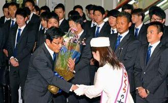 歓迎セレモニーで花束を受け取る日本ハムの栗山英樹監督=那覇空港