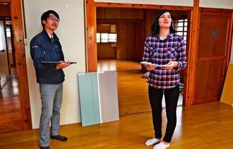 シェアハウスのオープンを目指し、日建開発の職員と打ち合わせをするkukuluの島袋しおりさん(右)=15日、那覇市大道