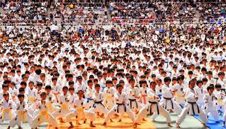 準備運動では、出場者全員で突きを繰り返した=22日、県立武道館アリーナ(落合綾子撮影)