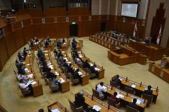 米軍の不時着に対する抗議決議、意見書を全会一致で可決する県議会臨時会=19日、県議会