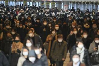 マスクを着けて通勤する人たち=1月7日、東京・JR品川駅